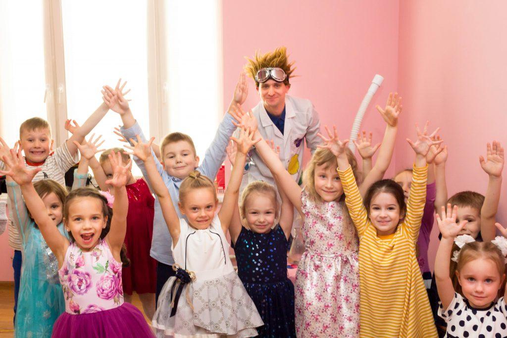 Дети фотограируются с аниматором химиком