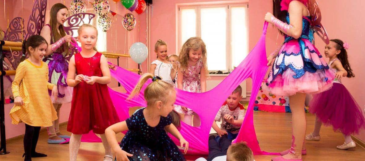 дети играют с двумя аниматоршами феями