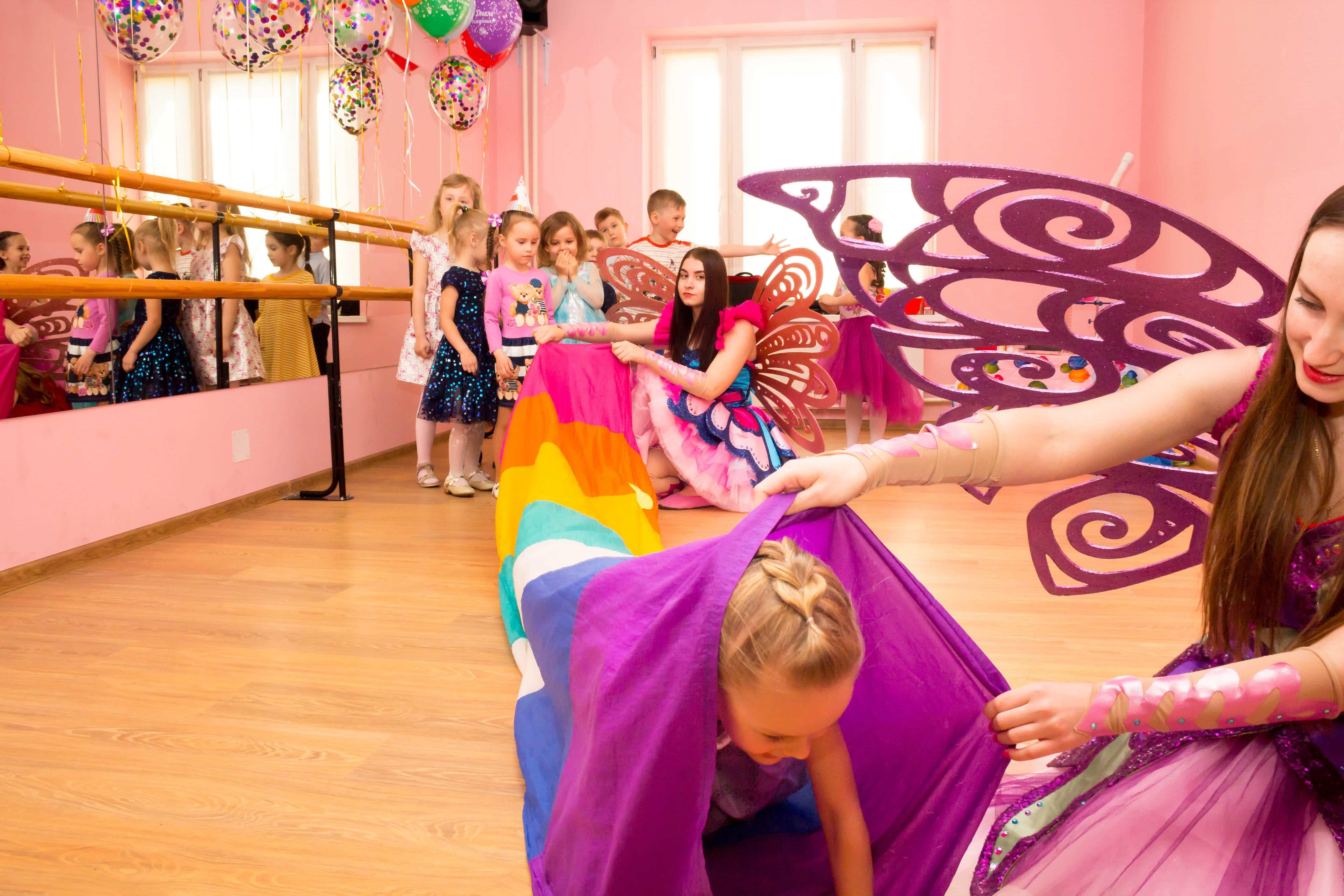 Дети играют с аниматорами феями в туннель