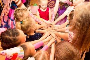 Дети стали в круг и держатся за руки