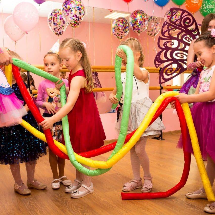 Дети играют в гигантские косички