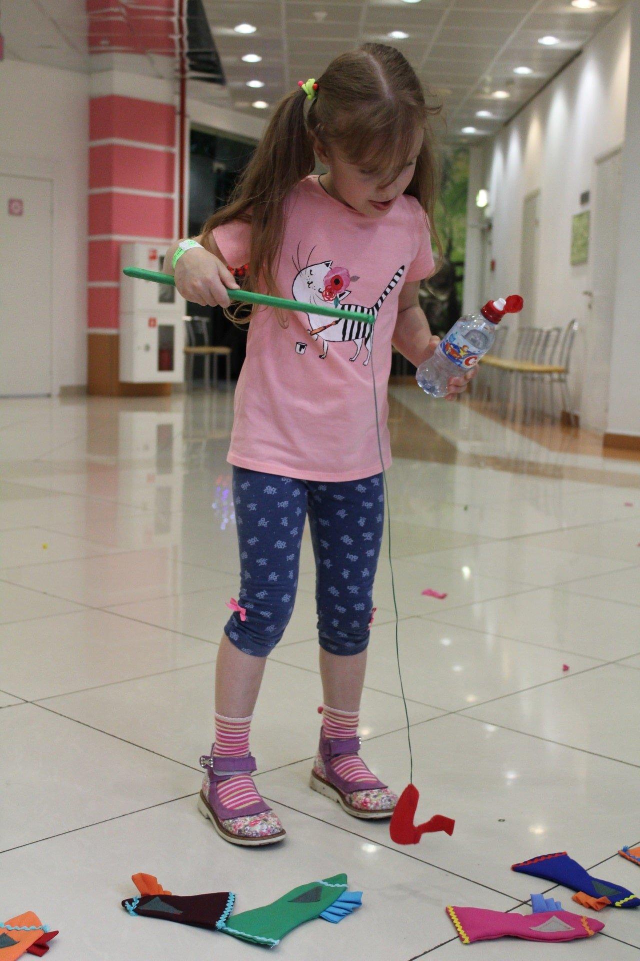девочка играет в игру рыбалка