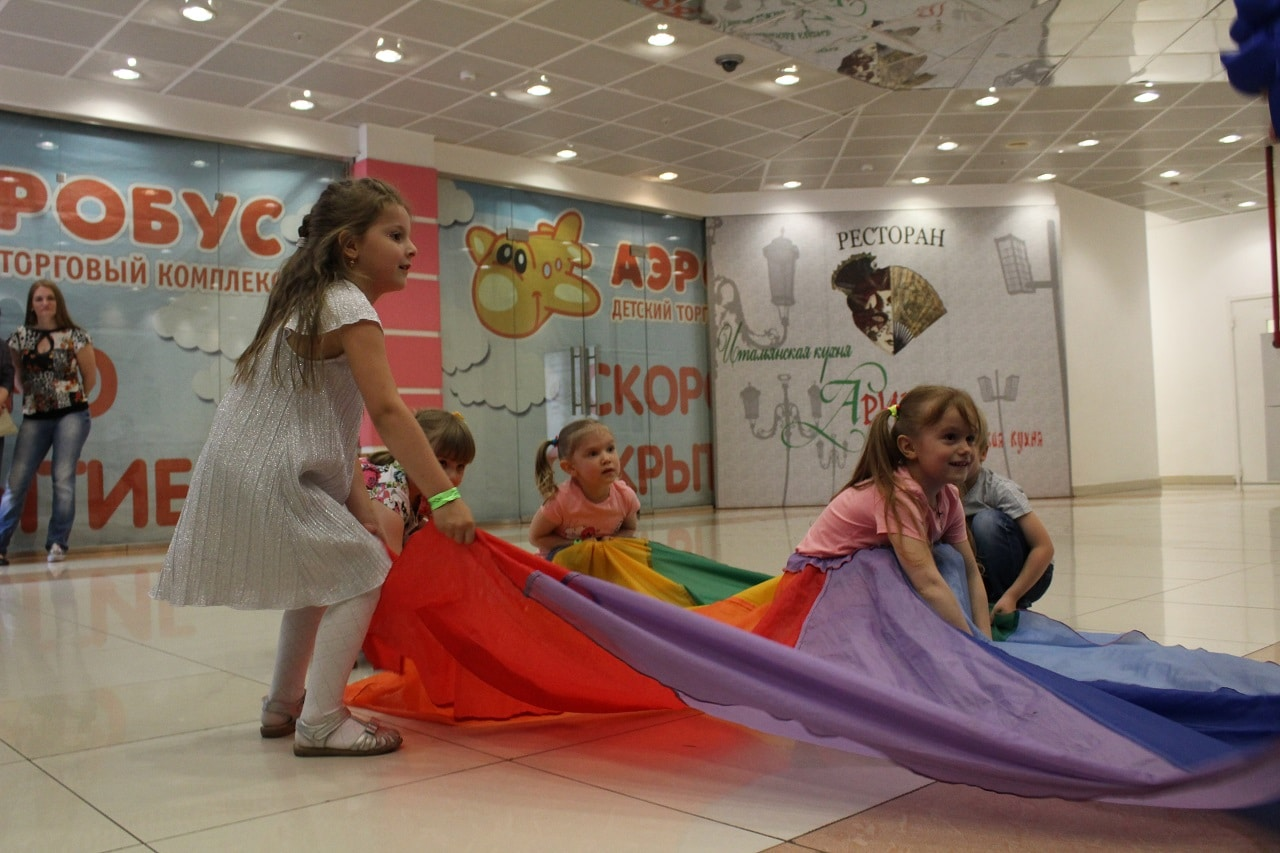 Дети играют в активные игры