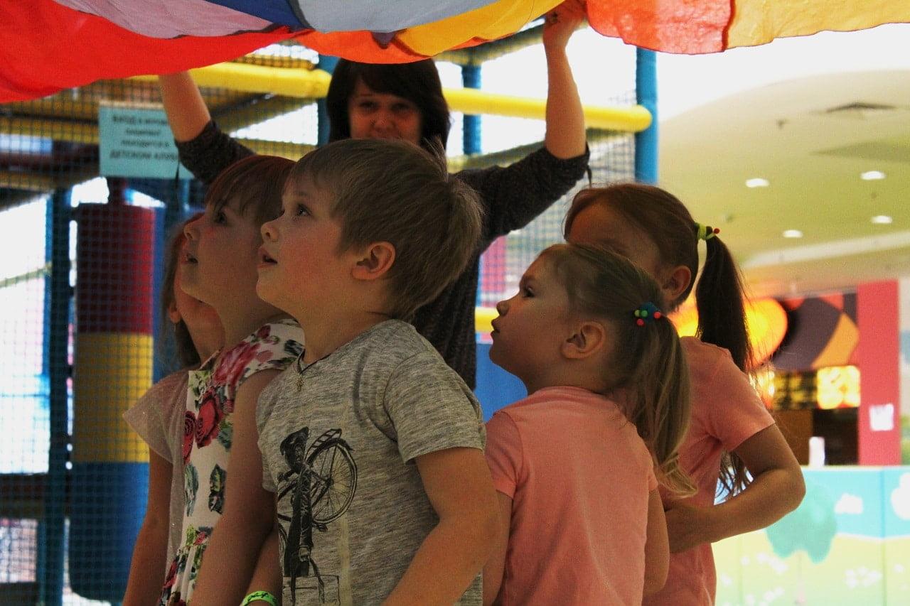 Дети в восторге смотрят на аниматора