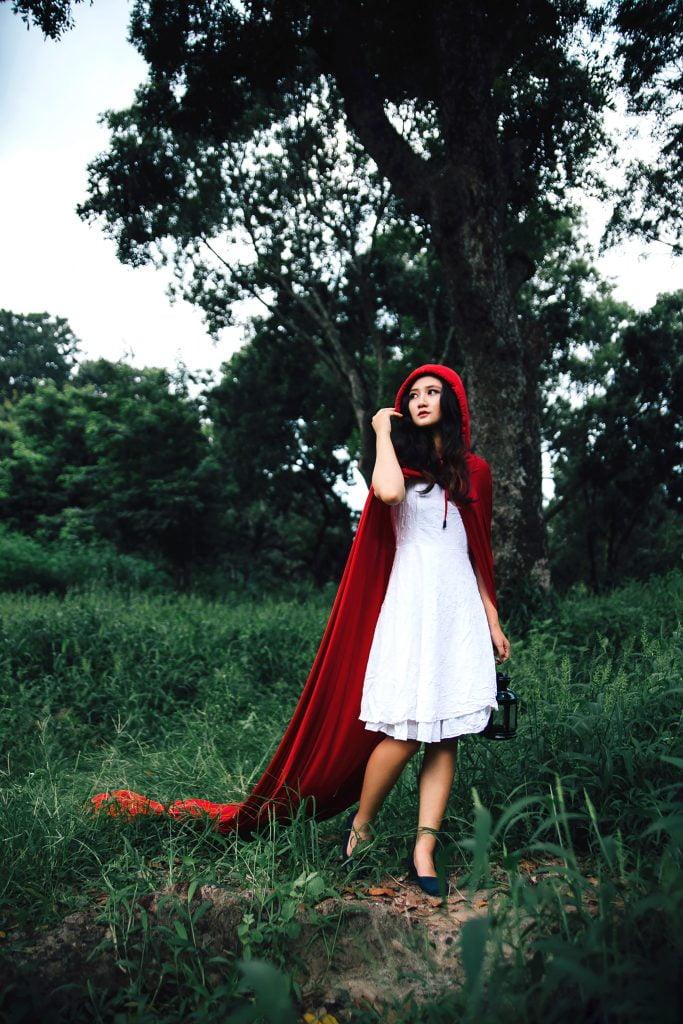 Аниматор в образе красной шапочки в лесу