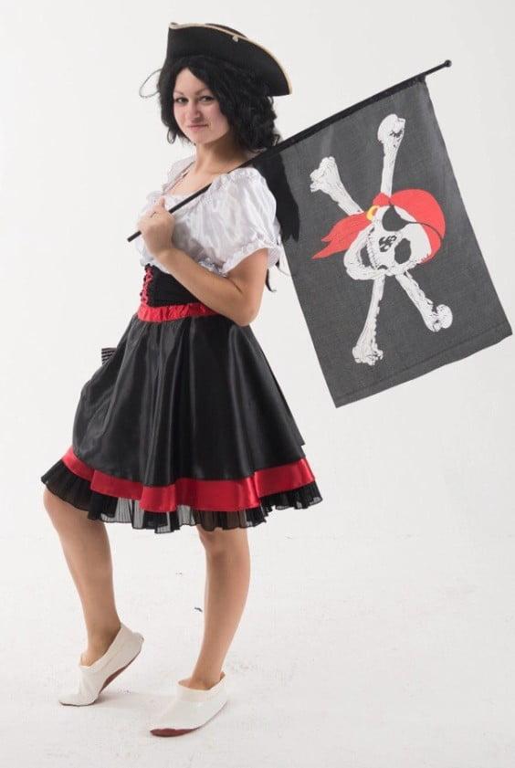 Пиратка с флагом