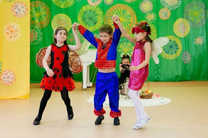 дети в костюмах фей, принцесс и спайддермена