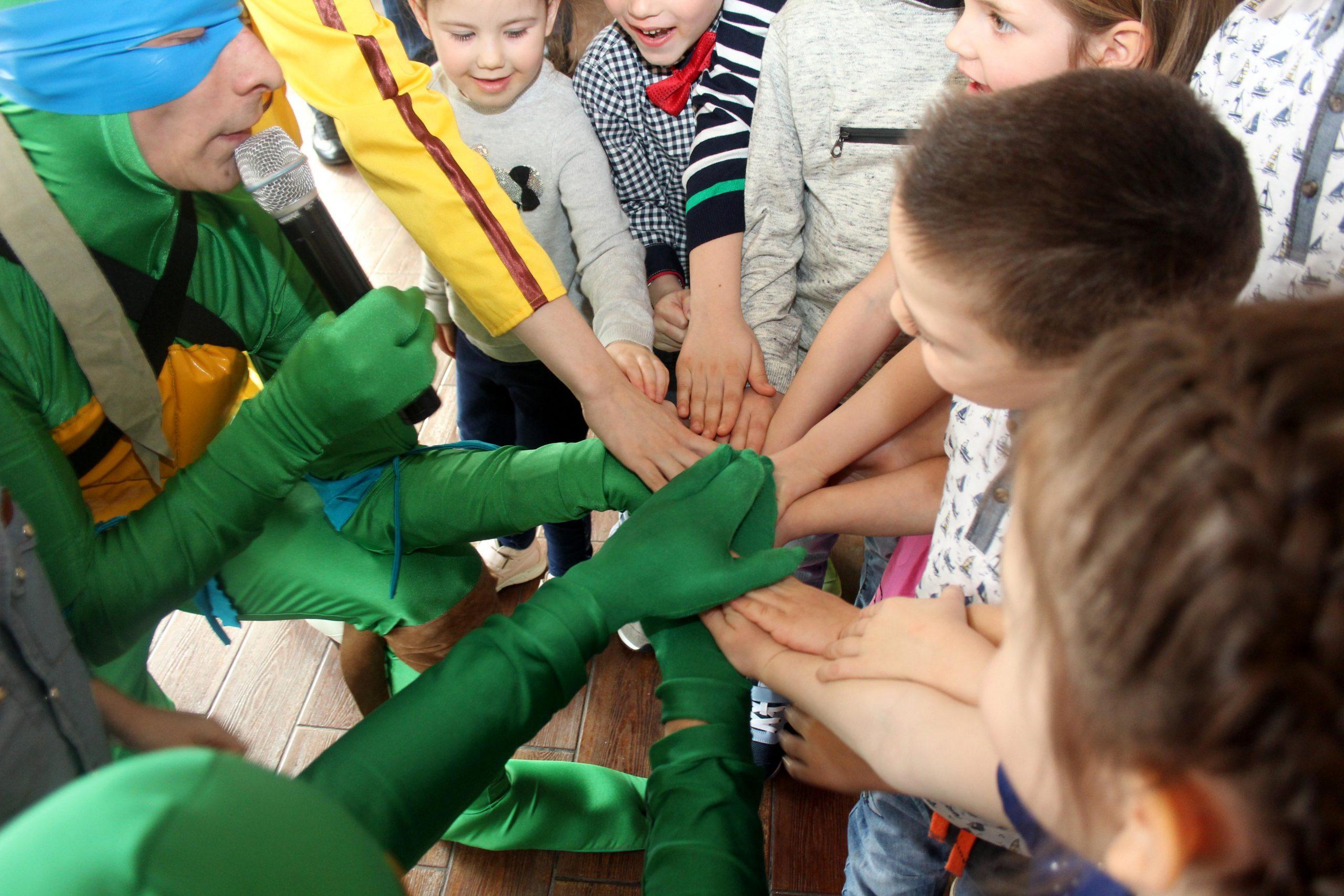 Аниматоры черепашки ниндзя, Эйприл Онил держатся за руки с детьми
