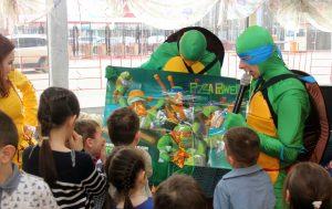 Аниматоры черепашки ниндзя играют с детьми