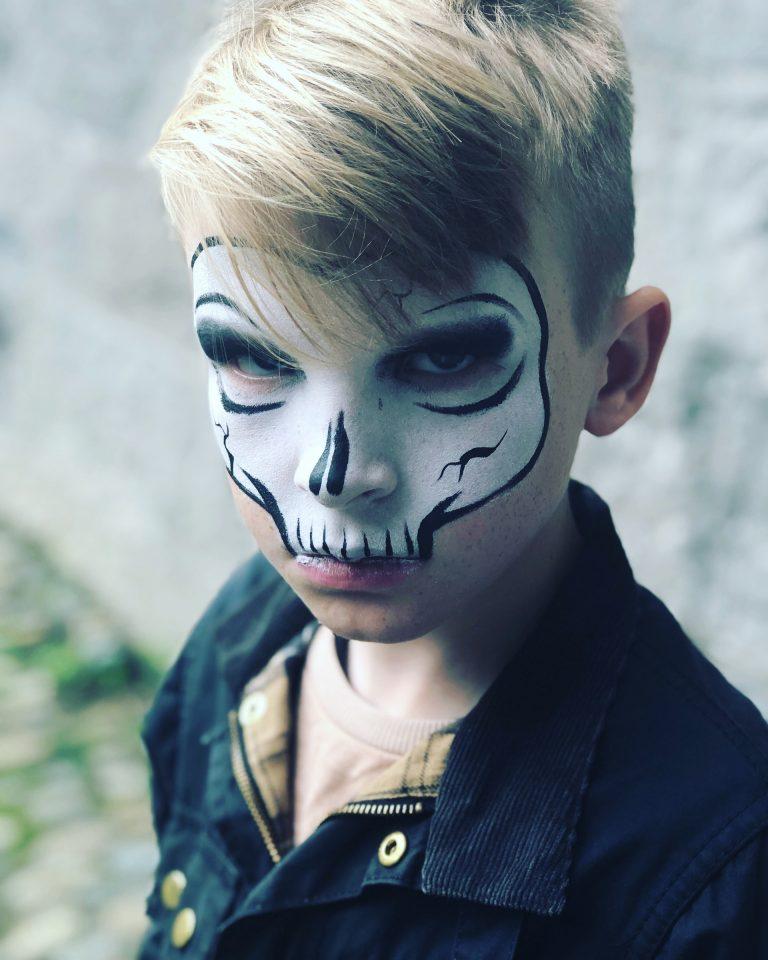 Мальчик с нанесенным аквагримом скелета