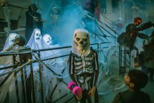 Скелеты и приведения на детском празднике Хэллоуин