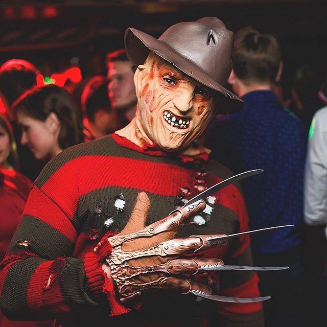 Человек в костюме Фредди Крюгера на вечеринке Хэллоуин