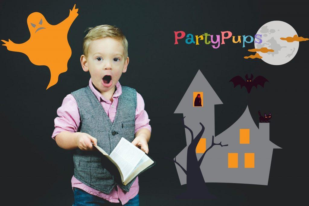 Мальчик с книжкой думает где провести Хэллоуин