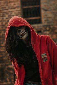 Девушка в образе страшной красной шапочки