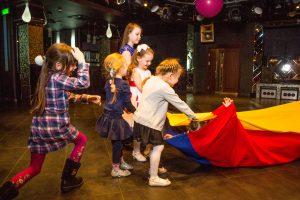 """дети играют с игровым реквизитом """"туннель"""" на детском празднике"""
