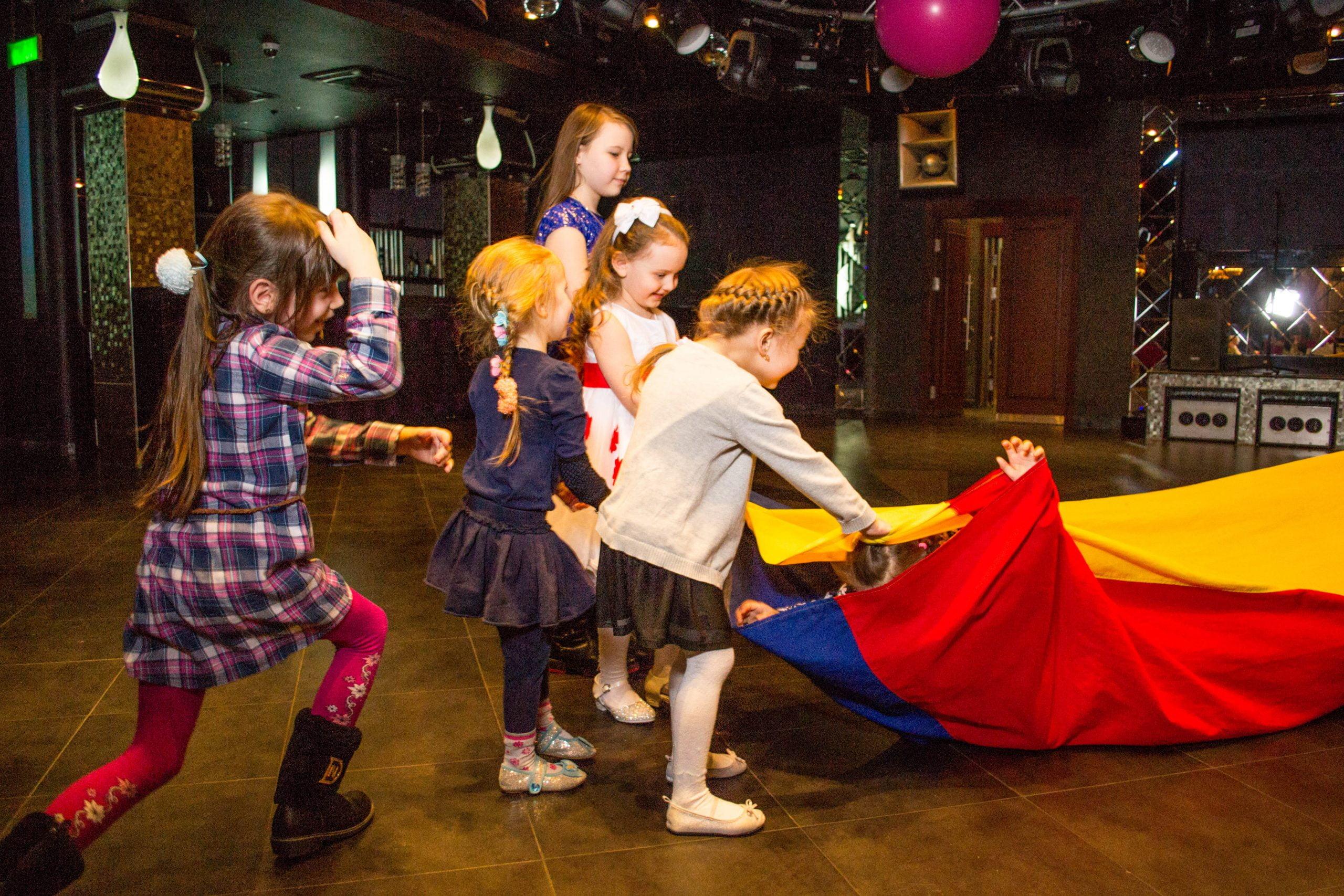 дети играют с игровым реквизитом