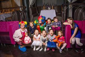 Клоун и детти сфотографировались вместе на детсвком празднике