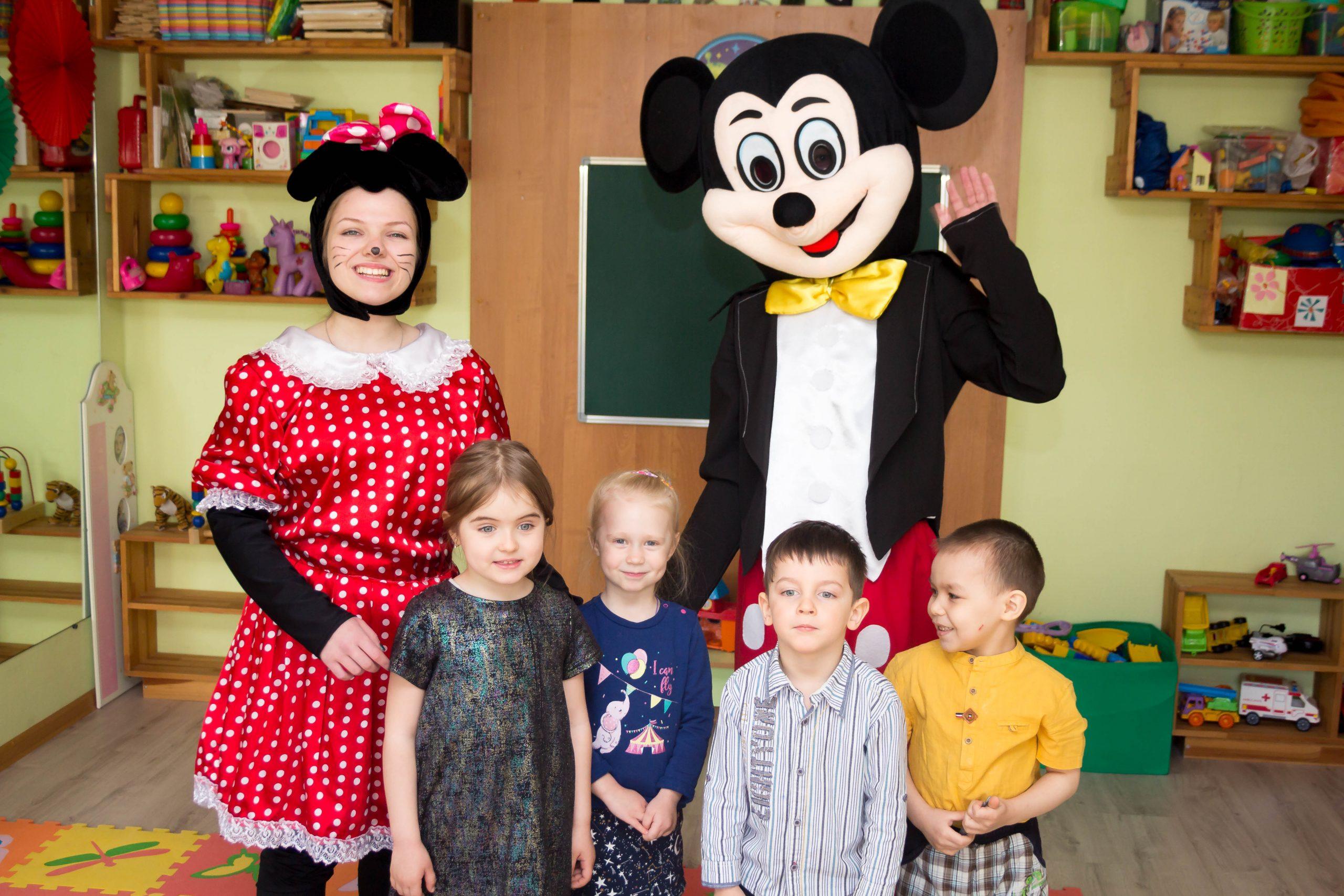 дети фотографируются с аниматорами