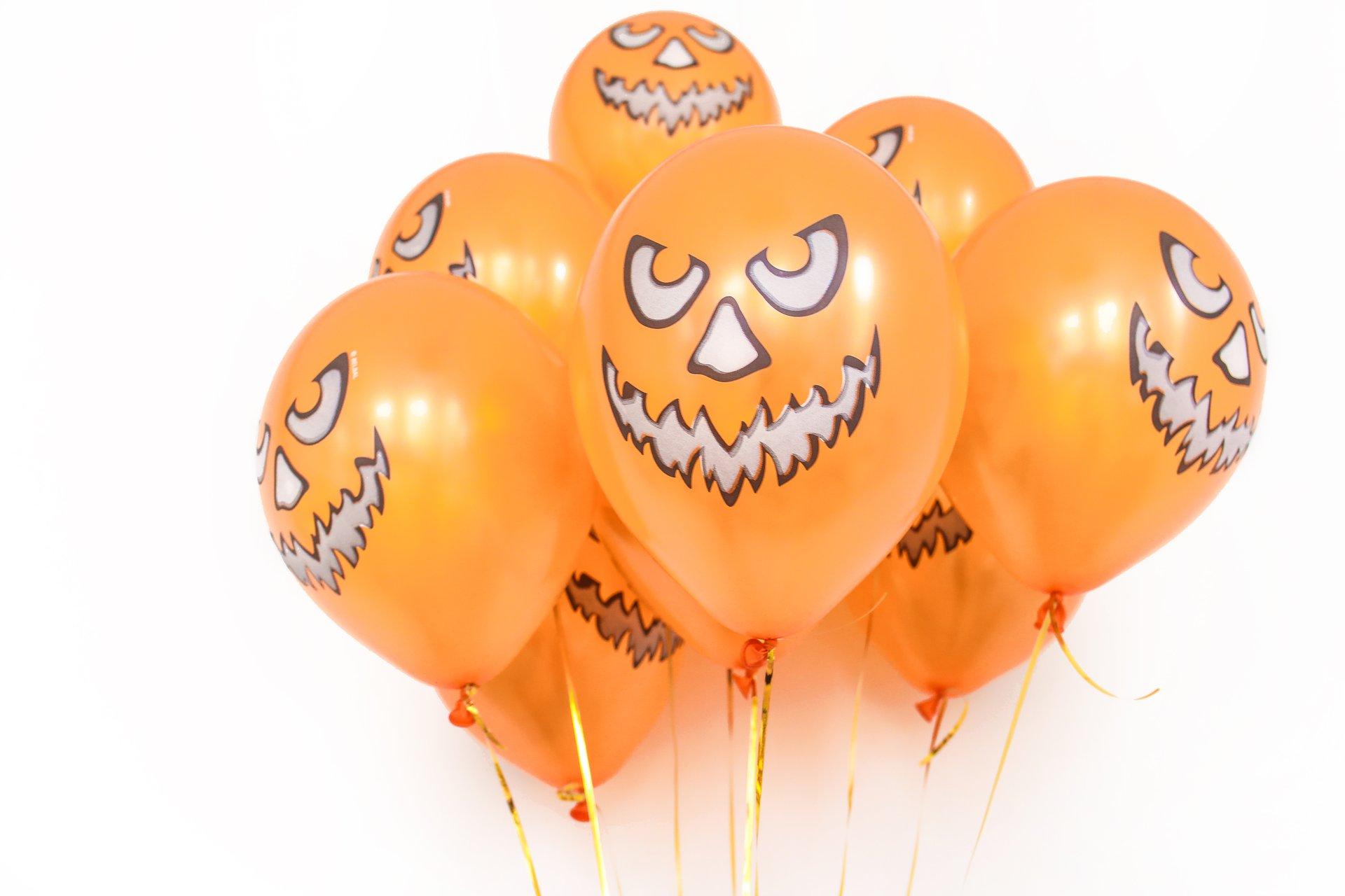 Оранжевые воздушные шары в виде тыков на Хэллоуин