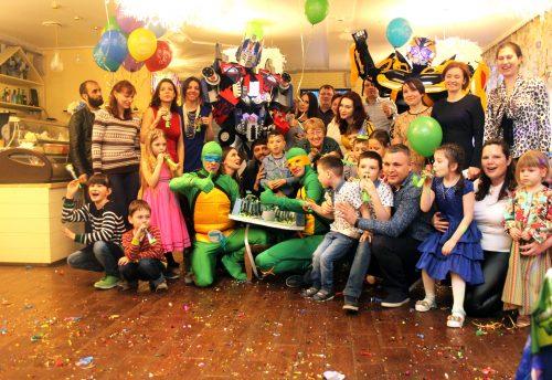 Аниматоры Черепашки Ниндзя, Эйприл и трансформеры позируют для совместного фото с детьми