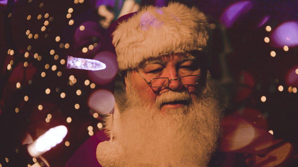 Азиат в костюме Санта Клауса