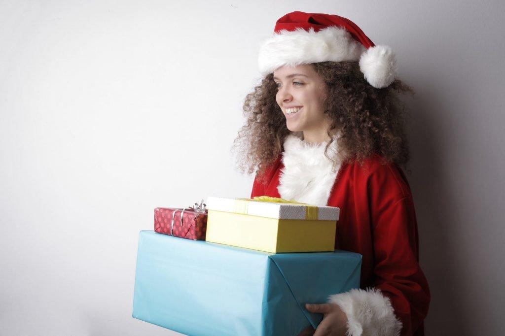 Помощница Санта Клауса с подарками
