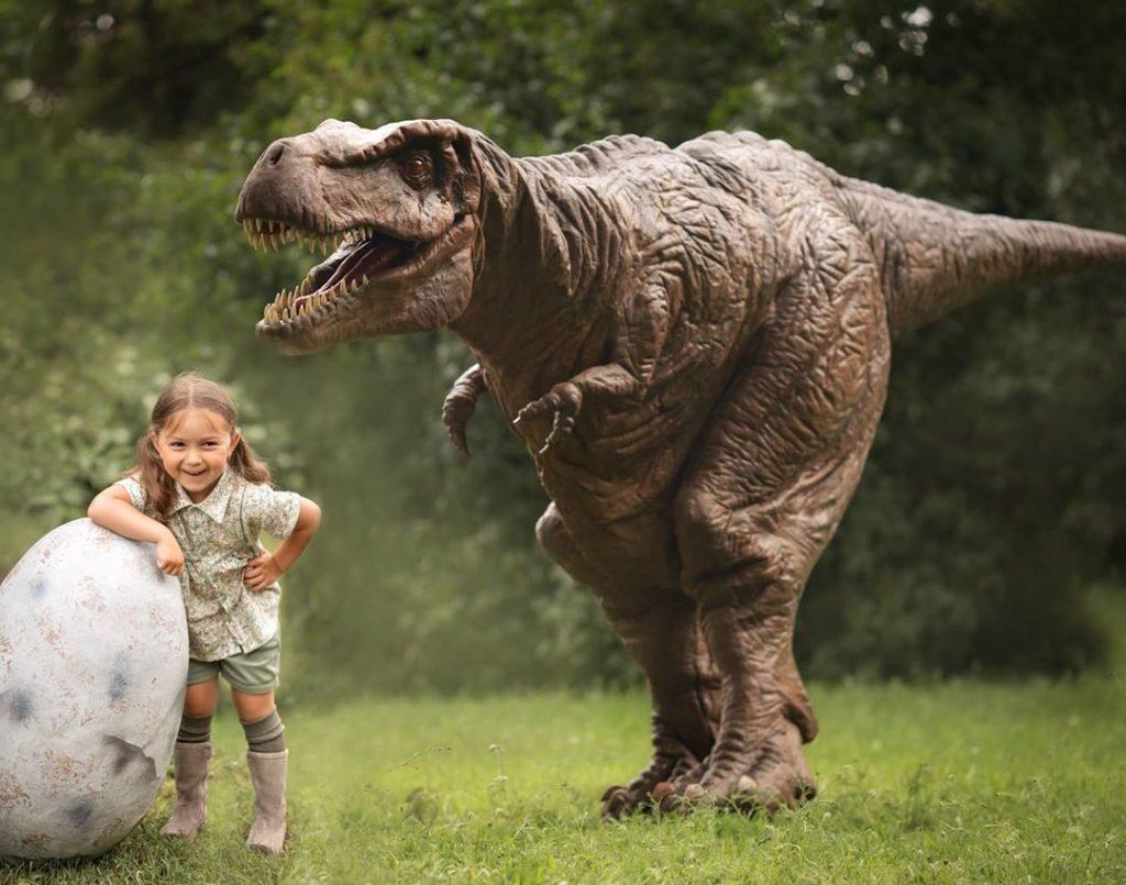 Тиранозавр и маленькая девочка